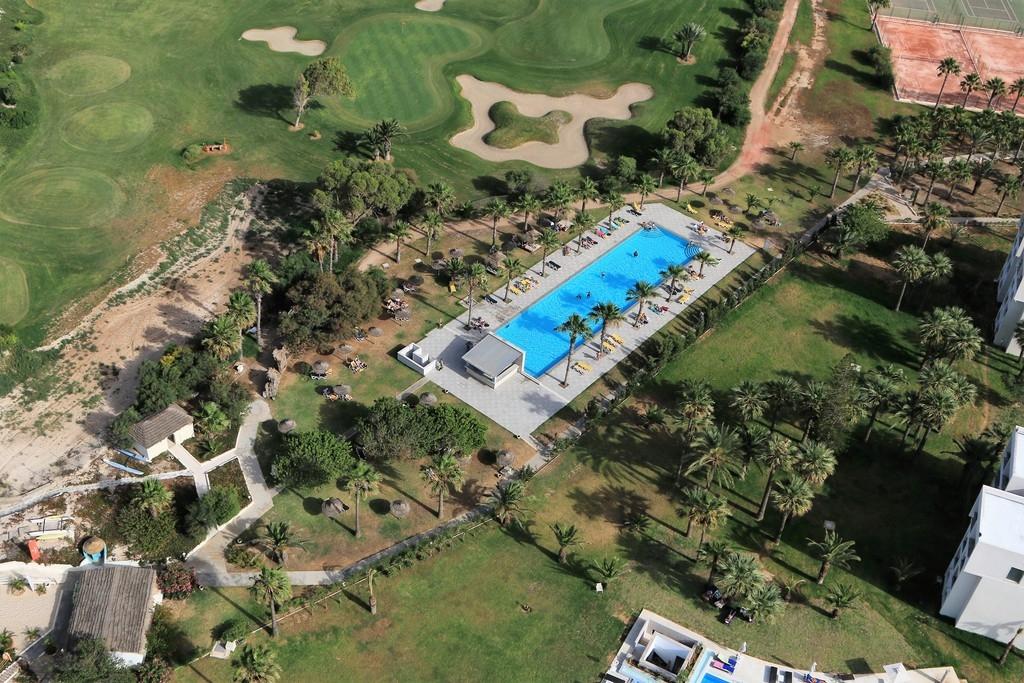 L une des piscines du seabel Alhambra la plus proche de la plage qui est juste a gauche