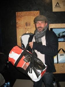 Olivier Cuissot à la tête de Rareform et ses sacs en bâche recyclée - photo D. ROUDY (c)