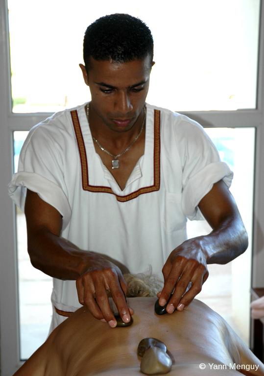 Massage pierres chaudes en Tunisie © Yann Menguy