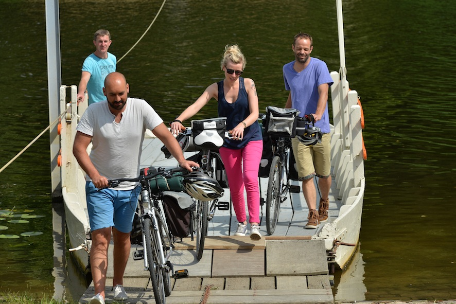 Passage du bac avec les vélos(c)J.Damase