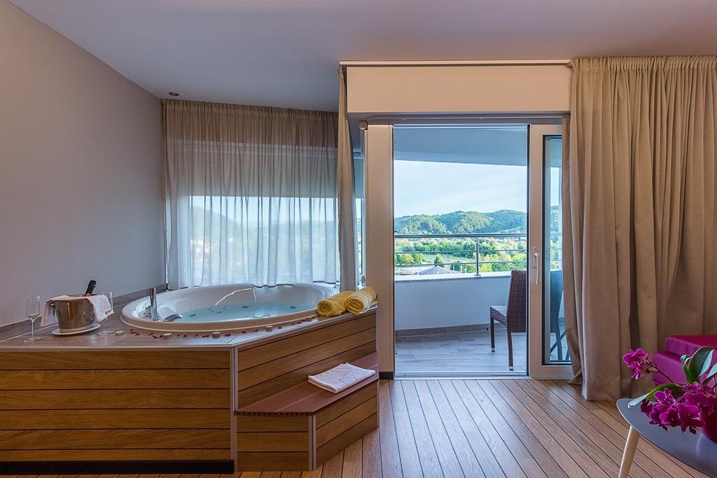 Jacuzzi privatif en eau thermale dans une Suite de Villa Magdalena(c)OT Croatie